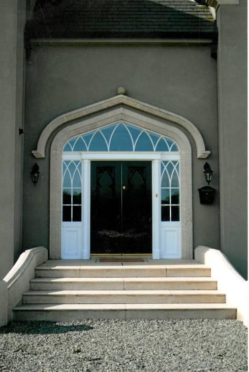 Główne wejście do budynku: styl , w kategorii Okna zaprojektowany przez Heliolux Design