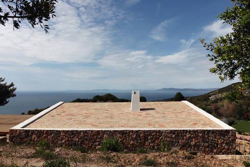 seaside single house:  in stile  di Modostudio   cibinel laurenti martocchia architetti associati