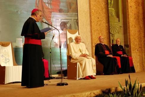 Il Papa si è seduto sul nostro trono di cartone: Soggiorno in stile in stile Moderno di Architetto ANTONIO ZARDONI