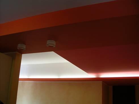 Ristrutturazione interna appartamento: Soggiorno in stile in stile Moderno di Arch. Dario Nespoli