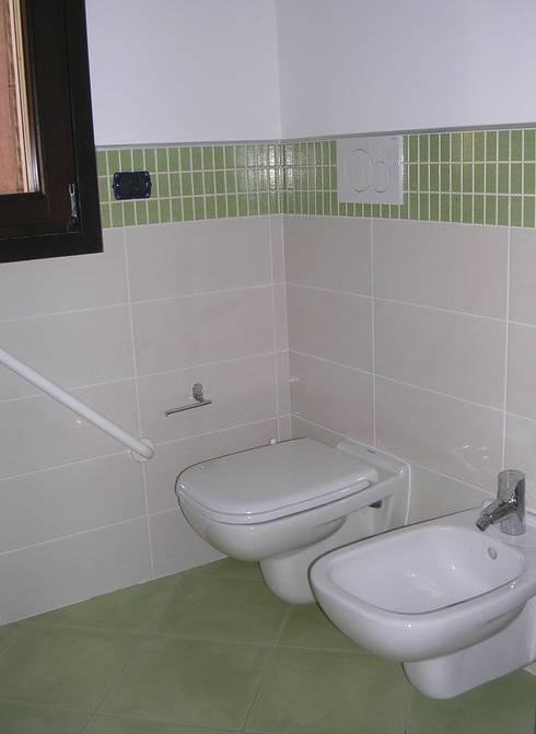Abitazione bifamiliare con struttura in legno (classe energetica A+): Bagno in stile in stile Rustico di Arch. Dario Nespoli