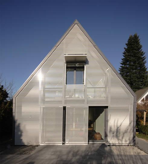 Wohnhaus Ansicht 3:  Wohnzimmer von Haack + Höpfner . Architekten und Stadtplaner BDA