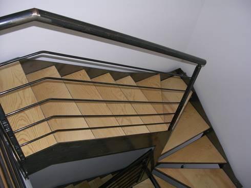 Abitazione bifamiliare con struttura in legno (classe energetica A+): Ingresso & Corridoio in stile  di Arch. Dario Nespoli