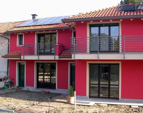 Abitazione bifamiliare con struttura in legno (classe energetica A+): Case in stile in stile Eclettico di Arch. Dario Nespoli
