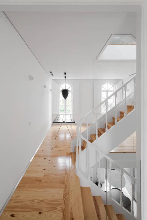 Pasillos y vestíbulos de estilo  de Tiago do Vale Arquitectos