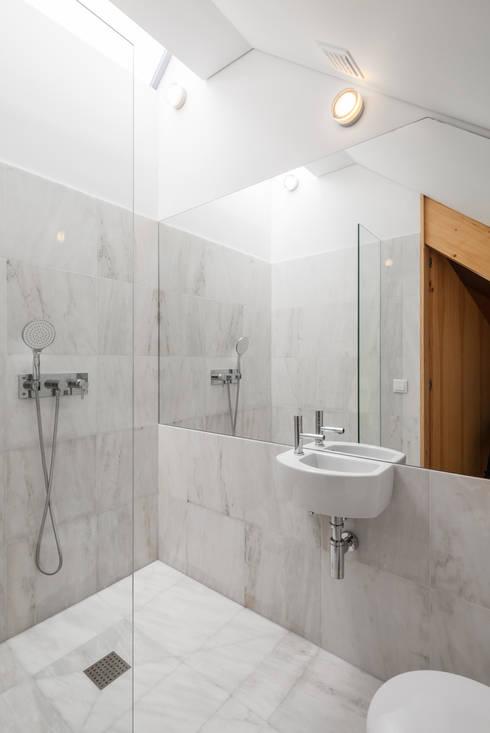 Chalé das Três Esquinas: Casas de banho ecléticas por Tiago do Vale Arquitectos