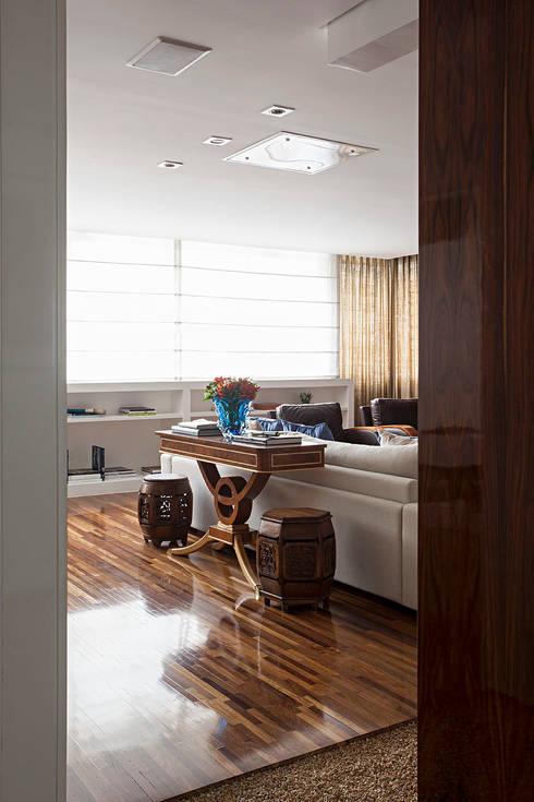 Projeto: Salas de estar clássicas por BJG Decorações de Interiores Ltda