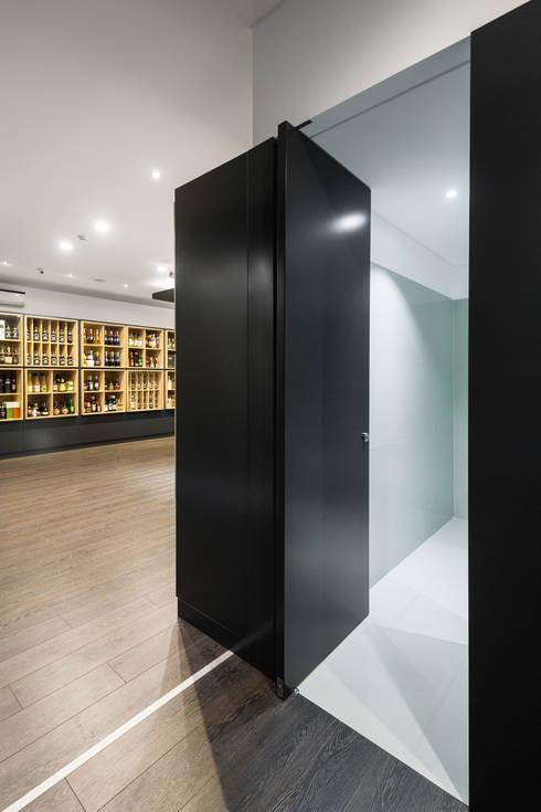 Congresso das Garrafas: Casas de banho minimalistas por Tiago do Vale Arquitectos