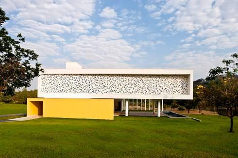 CASA DO BOI: Casa  por LEO ROMANO INTERIORES E EXTERIORES EIRELI-ME