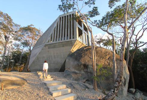 Sunset Chapel:  de estilo  por BNKR Arquitectura