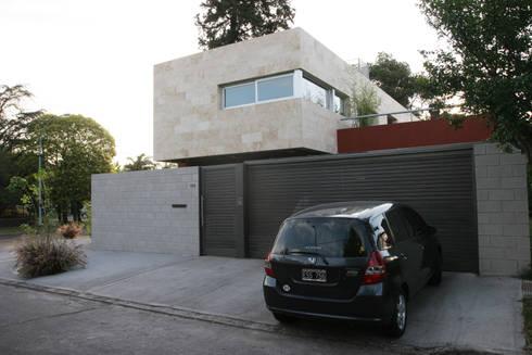 CASA RC: Casas de estilo moderno por ESTUDIO GEYA