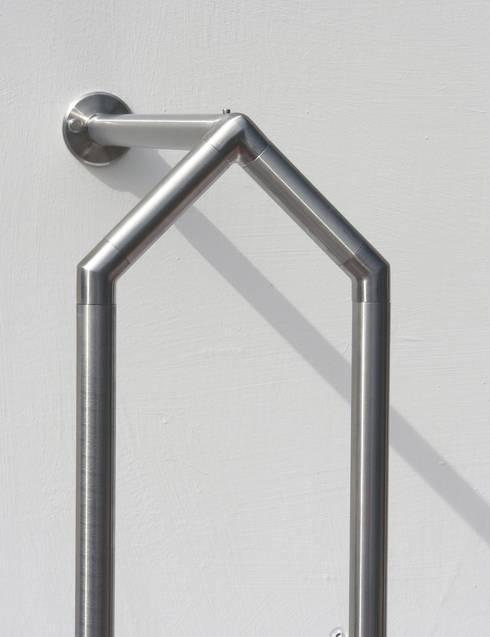 PROGRAMMA 105, appendiabiti reggi grucce: Ingresso, Corridoio & Scale in stile  di Insilvis Divergent Thinking