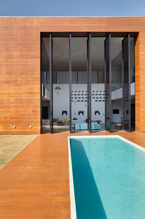 LA HOUSE : Piscinas modernas por STUDIO GUILHERME TORRES