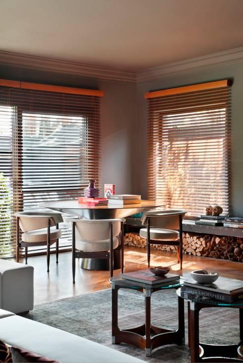 GW HOUSE : Salas de estar modernas por STUDIO GUILHERME TORRES