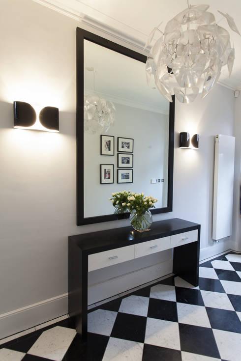 Pasillos y recibidores de estilo  por Roselind Wilson Design