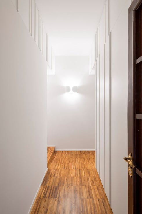 Private apartment _ LPC: Ingresso & Corridoio in stile  di cristianavannini | arc