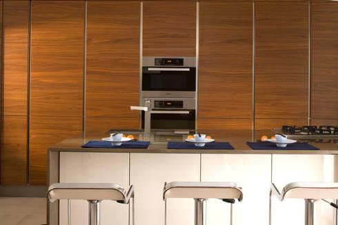 Kitchen: classic Kitchen by Roselind Wilson Design