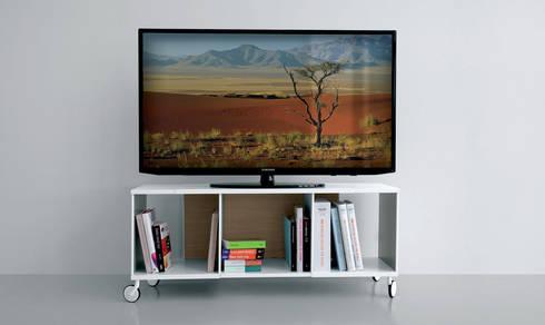 Extendo Porta Tv: Sala multimediale in stile  di Extendo