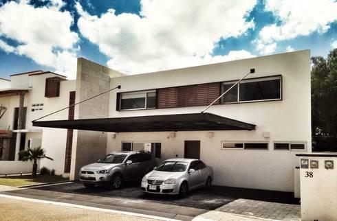 Casa Jurica: Casas de estilo moderno por REM Arquitectos