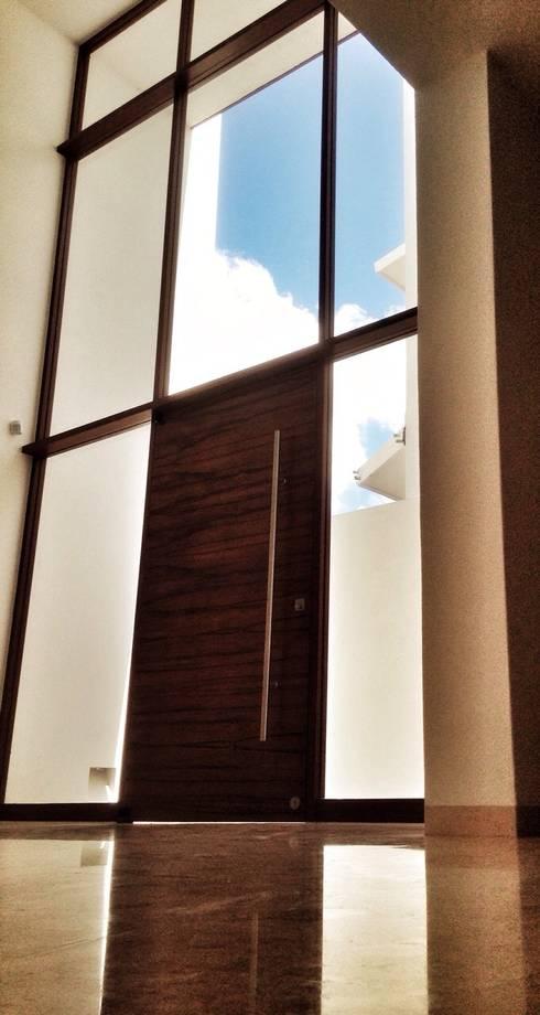 Casa Jurica: Ventanas de estilo  por REM Arquitectos