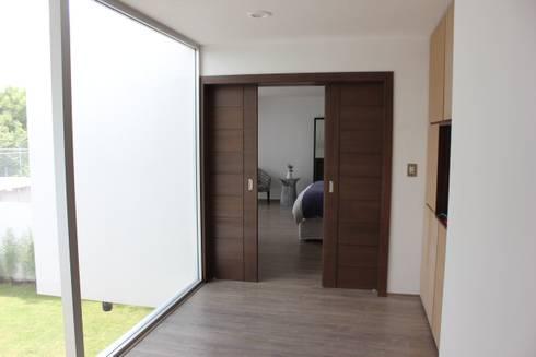 Casa Jurica: Recámaras de estilo moderno por REM Arquitectos