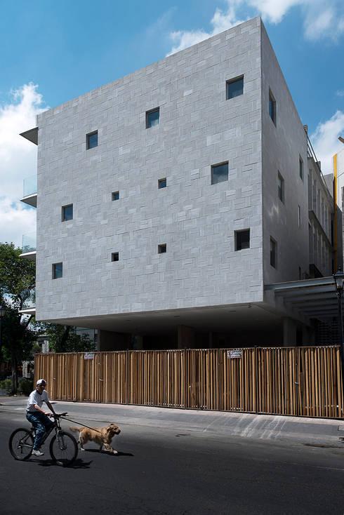 Vista Fachada Norte: Casas de estilo  por MOCAA