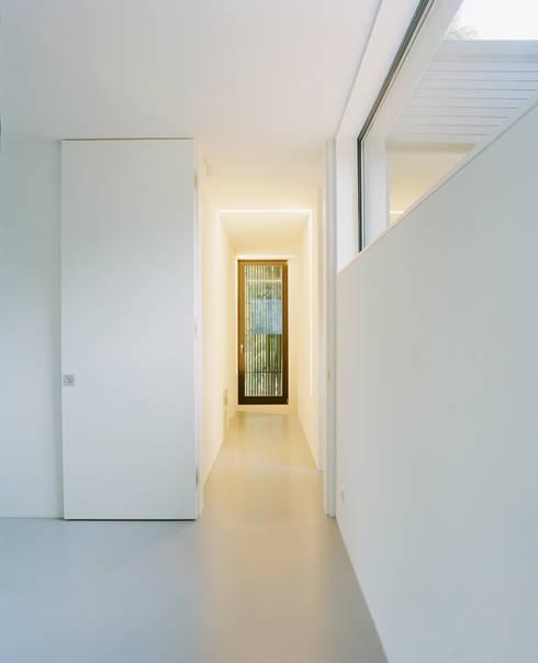 Privathaus bei Berlin:  Flur & Diele von C95 ARCHITEKTEN