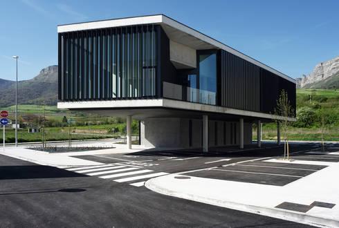 Edificio oficinas fachada trasera:  de estilo  de G&C ARQUITECTOS