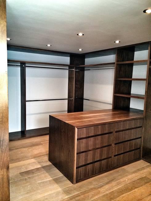 Casa Secreto: Vestidores y closets de estilo moderno por REM Arquitectos