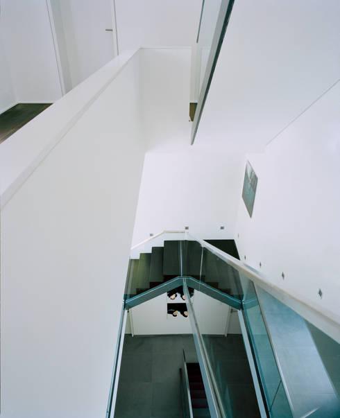 Villa in Berlin - Dahlem:  Flur & Diele von C95 ARCHITEKTEN