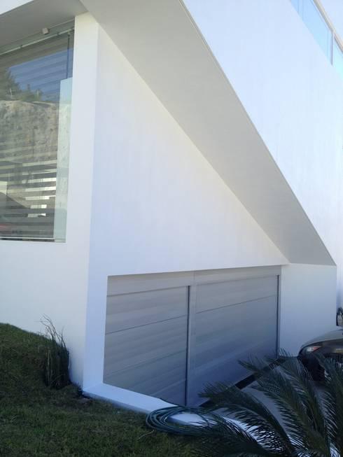 Puerta de Bosque: Recámaras de estilo minimalista por Arki3d