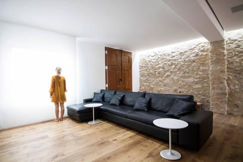 HOUSE 1: Salones de estilo mediterráneo de DOT PARTNERS