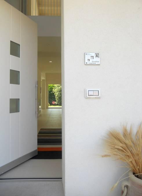 Corridor & hallway by VALERI.ZOIA Architetti Associati