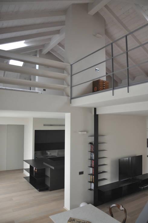 casa ELE: Pareti in stile  di PAOLO CAPRIGLIONE ARCHITETTO