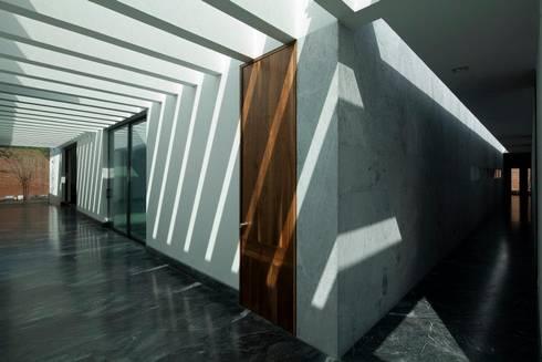 CASA CG: Pasillos y recibidores de estilo  por Landa Suberville