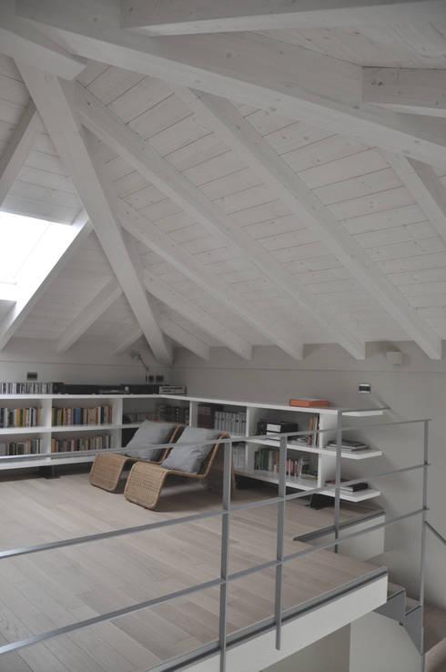casa ELE: Camera da letto in stile  di PAOLO CAPRIGLIONE ARCHITETTO