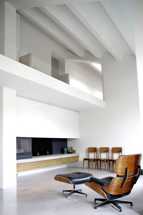 Loft G: Soggiorno in stile in stile Minimalista di Pinoni + Lazzarini