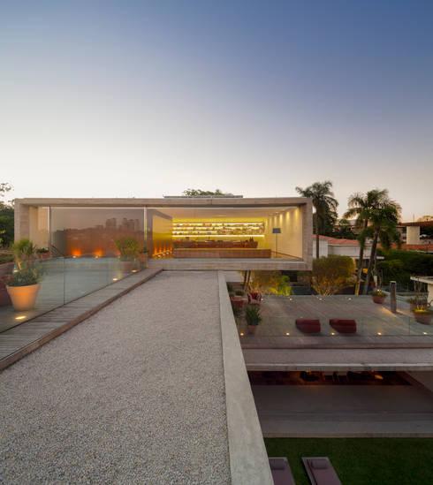 P House: Casas modernas por Studio MK27