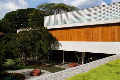 Cobogó House: Casas modernas por Studio MK27