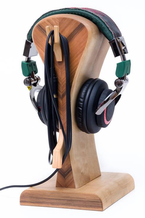 """Stand on the headphones """"IT 1"""": styl , w kategorii Pokój multimedialny zaprojektowany przez Meble Autorskie Jurkowski"""