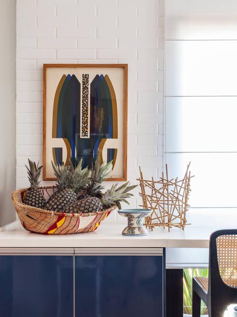 Residência Canário: Salas de estar ecléticas por Mauricio Arruda Design