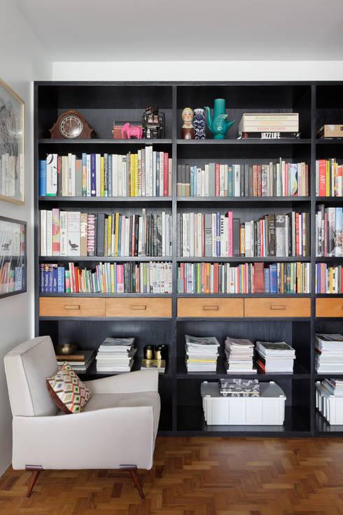 Residência Lorena: Salas de estar ecléticas por Mauricio Arruda Design