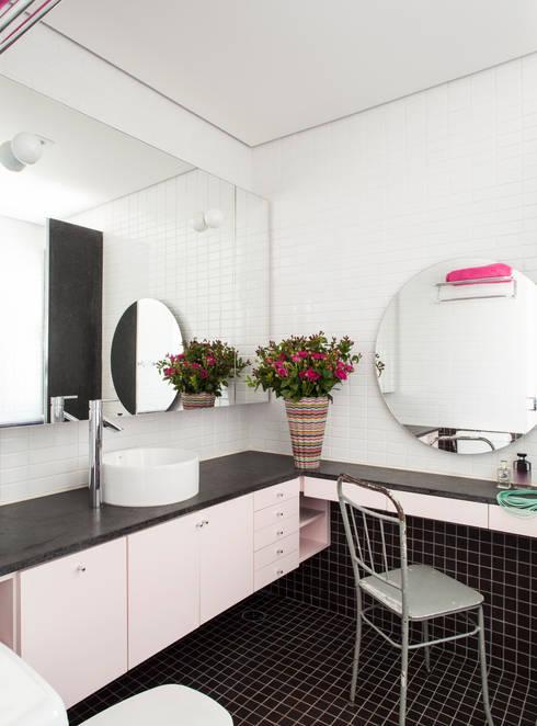 Residência Canário: Banheiros ecléticos por Mauricio Arruda Design
