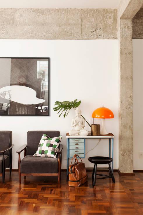 Salones de estilo ecléctico de Mauricio Arruda Design