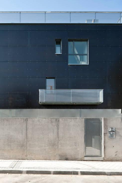 entrada a vivienda: Casas de estilo minimalista de hollegha arquitectos