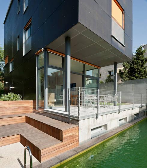 porche, playa y piscina: Casas de estilo  de hollegha arquitectos