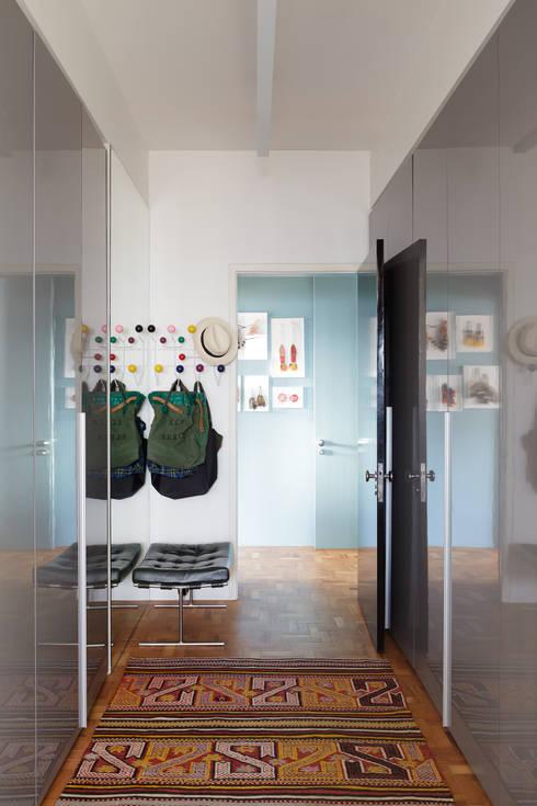 Residência Lorena: Corredores e halls de entrada  por Mauricio Arruda Design