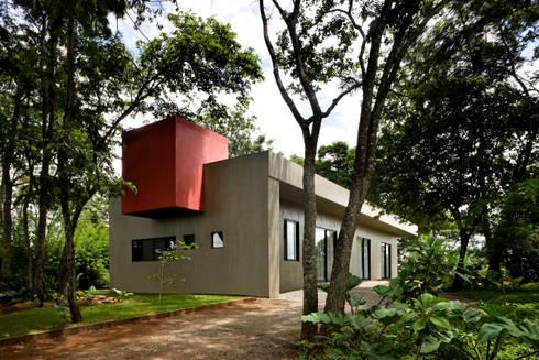 CASA DA CAIXA VERMELHA: Casa  por LEO ROMANO INTERIORES E EXTERIORES EIRELI-ME