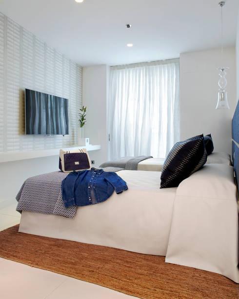 El mar en casa: Dormitorios de estilo mediterráneo de Molins Interiors
