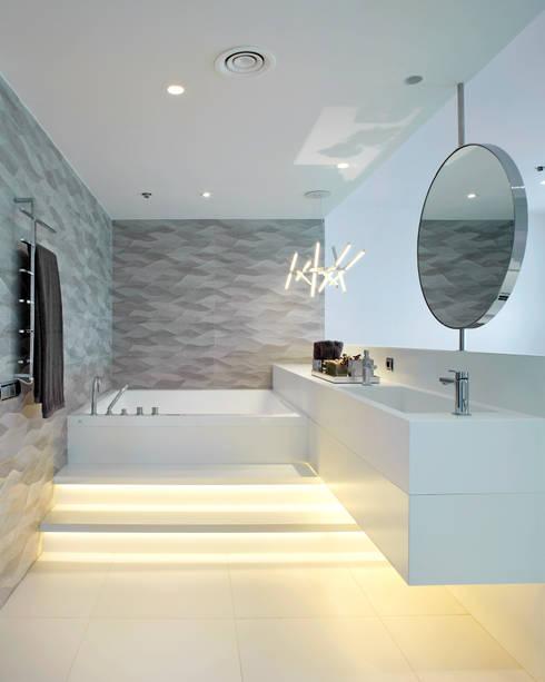 Baños de estilo mediterraneo por Molins Interiors